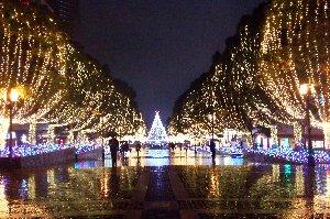 クリスマスまで、メインストリートがイルミネーションで彩られます。