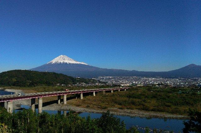 早くから富士川S.A.で富士山を拝むことを心に決めて走るほど、見事な青空でした。