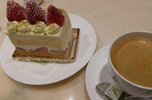 ケーキの「天板」部分がホワイトチョコで甘過ぎるのが難点。