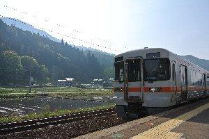 駅前に里山風景が広がり、良い雰囲気。