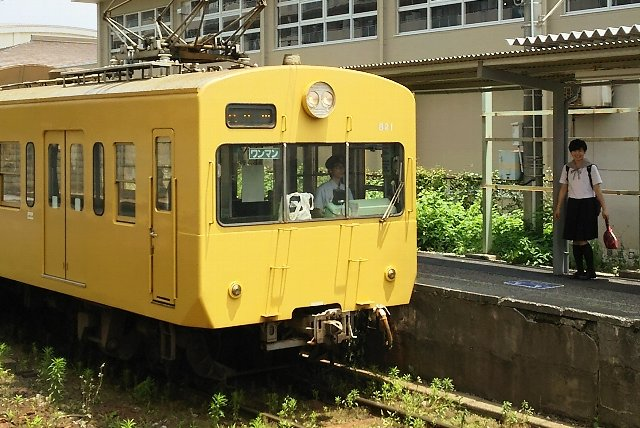 駅の裏手に高校があるため、小駅を利用する学生が多いようです。