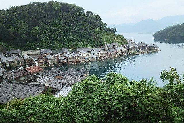 海に突き出した半島沿いに舟屋が並んでいるのがよくわかります。