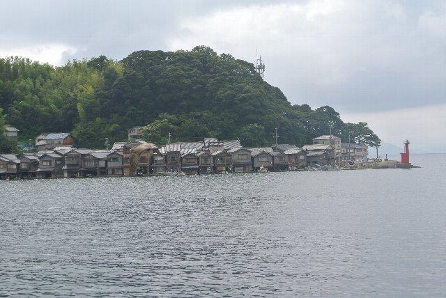 我々が宿泊した亀島集落を海側から見ています。