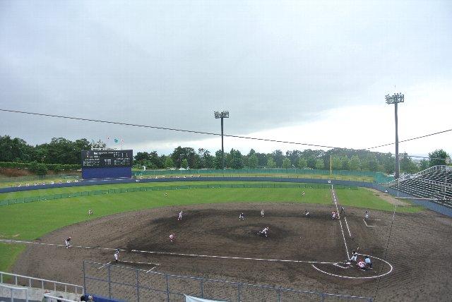 午前中は雨のため、第一試合が11時開始に変更された。