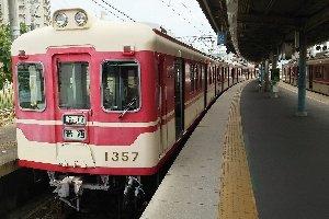 ニュータウンの高規格化された線路をポンコツ車両が進んでいく。