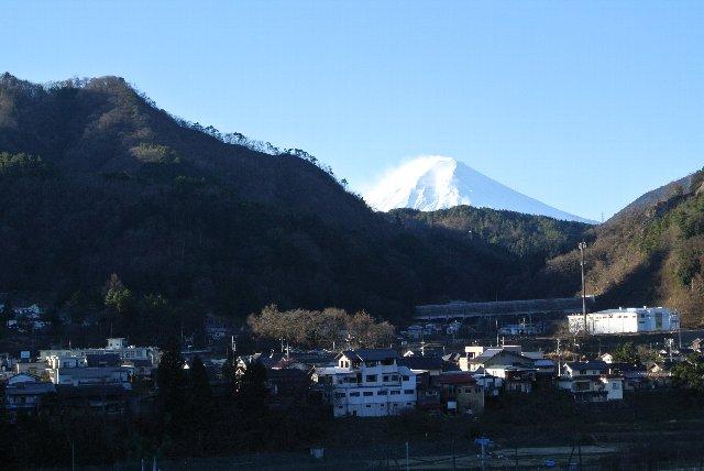 雪煙のあがる富士山が見事。