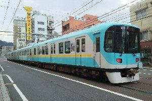 ホテル前を通過する京津線