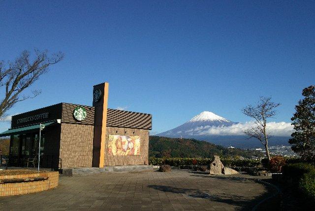 スタバの向こうに見事な富士山、頂く珈琲の味もまた格別かと。
