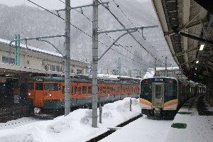 雪降る水上駅で、長岡行き(右)に乗り換え。