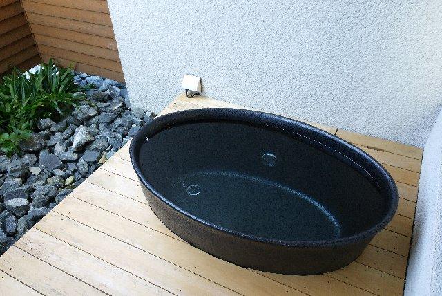 露天風呂ってほどではないが、外に壺風呂が用意されている。
