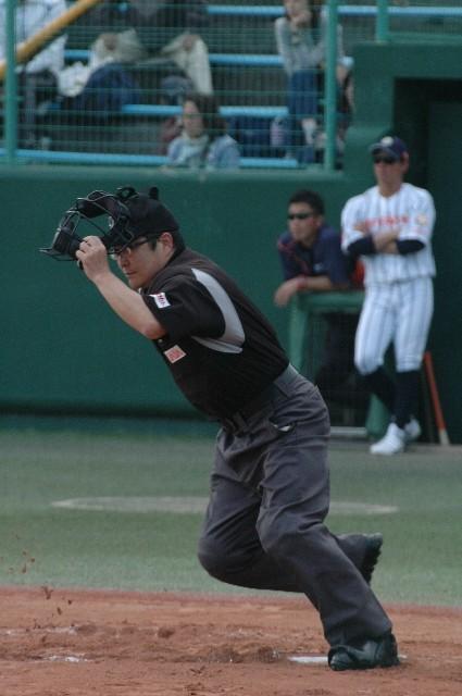 打球が飛ぶごとにグラウンド内を駆け巡る、こりゃ大仕事だ。