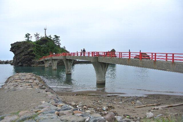 国道8号線を走っていると、対岸にある岩に美しい橋が架かっているのが目に付いた
