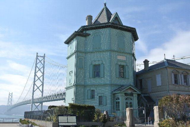 孫文記念館越しに見る明石海峡大橋。
