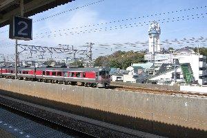 天文記念館の大時計前を、JR線と山陽線の電車が次々と通り過ぎていく。