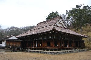 広い敷地内の中央に鎮座する講堂は一切の無駄を排除した、でも趣のある建物。
