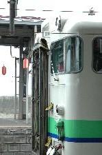 北海道の普通列車といえば、この配色ですね。