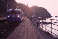 結構、頻繁に列車が通過していきます。停まる列車は僅かですが...。