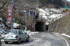 山がちなトンネル周辺には、3月下旬でもかなりの根雪が残る。