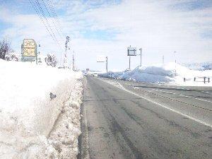 歩道の整備状況があまり良くなく、雪の壁から突然人が出てきますので注意が必要です。