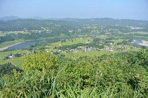 蛇行する川の流れ、河岸段丘などを一望することができる。