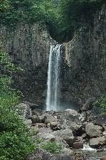 燕温泉に行く前に立ち寄りました。駐車場から徒歩15分と、訪ねやすい場所にある滝です。