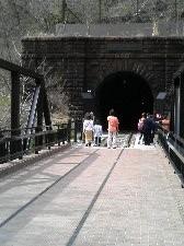 煉瓦作りのトンネル入口に歴史と趣を感じます。