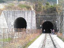 勝沼駅側は新旧二つのトンネルの出口が並ぶ形です。