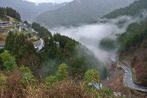 町をすっぽりと覆う霧の上にも耕作地と民家が点在する風景には圧倒される。