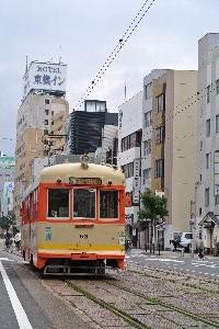 松山駅から道後温泉まで走る愛らしい市内電車です。