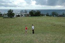 海を望む場所に広大な芝生の丘を作った海軍様に拍手。