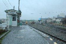 広い盛駅構内を挟んで、JRとは反対側に開発鉄道の施設はある。