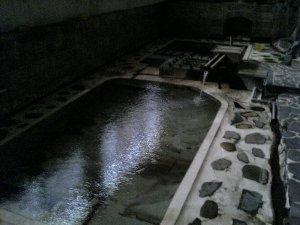 川の水位と湯温が連動する不思議な温泉