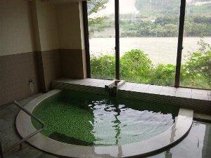 お湯は非常に熱い。ほぼ一番風呂に近い状態で入った私は...、熱すぎて入れたもんぢゃなかったです(笑)。