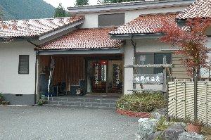 身延線が通り、富士川が流れる谷から、佐野川沿いに山へ分け入った場所にあります。