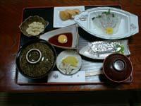卵をといた中に刺身を通してご飯の上へ、薬味をかけて蒸らします