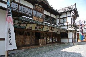 内子町のシンボルとも言える建物。愛媛県喜多郡内子町の重要伝統的建造物群保存地区「八日市護国」の近くにある歌舞伎劇場。大正5年に大正天皇の即位を祝い、内子町の有志によって建設された。現在の建物は昭和60年代に復元されたものである。