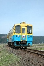 羽後矢島から羽後本荘までR108と並走。田圃の中をレールバスがのんびり走ります。