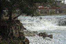 これで「日本の滝百選」とは。水量が少ないのを差し引いても、権威のない選考ですな。