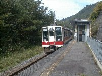 駅はしょぼいですが、列車は頻繁にやってくる
