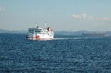 所要時間が短いので多くの乗客は外で船旅を楽しんでいました。