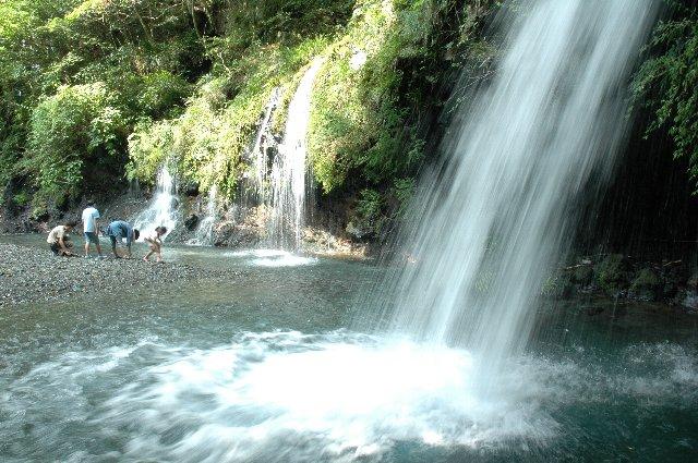 ご覧の通り、滝の裏側にだって回ることができます。