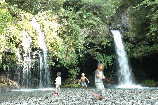 真夏でも冷たい滝の水に、暑さを忘れた子供達が大はしゃぎ