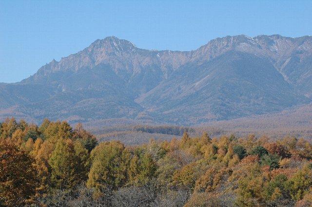 八ヶ岳の頂付近にはうっすら雪が積もっています。