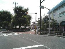 駅前を過ぎると渋滞もやや緩和します。
