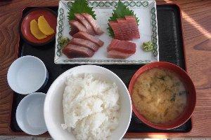この日の刺身は、まぐろ、かつお、桜海老、しらすがメインでした。
