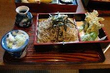 これは国分寺そば、たらの芽の天ぷらがメイン。天ざるでは、天ぷらの量は倍に