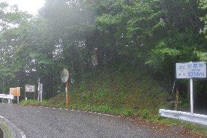 標高を示す標識と、登山道の案内板のみが建つ、ひっそりとした峠である。