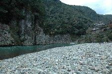 手前は奈良県十津川村、写真左手の岩肌が三重県、右斜め前方が和歌山県。