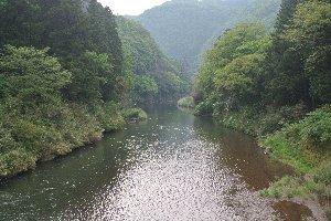 切り立った崖があるというよりも、川の両岸の紅葉が美しいポイントと思った方が良いかも。