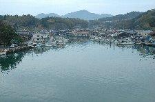 小さな漁港にしては立派な橋が架かっていて、その上から撮影。
